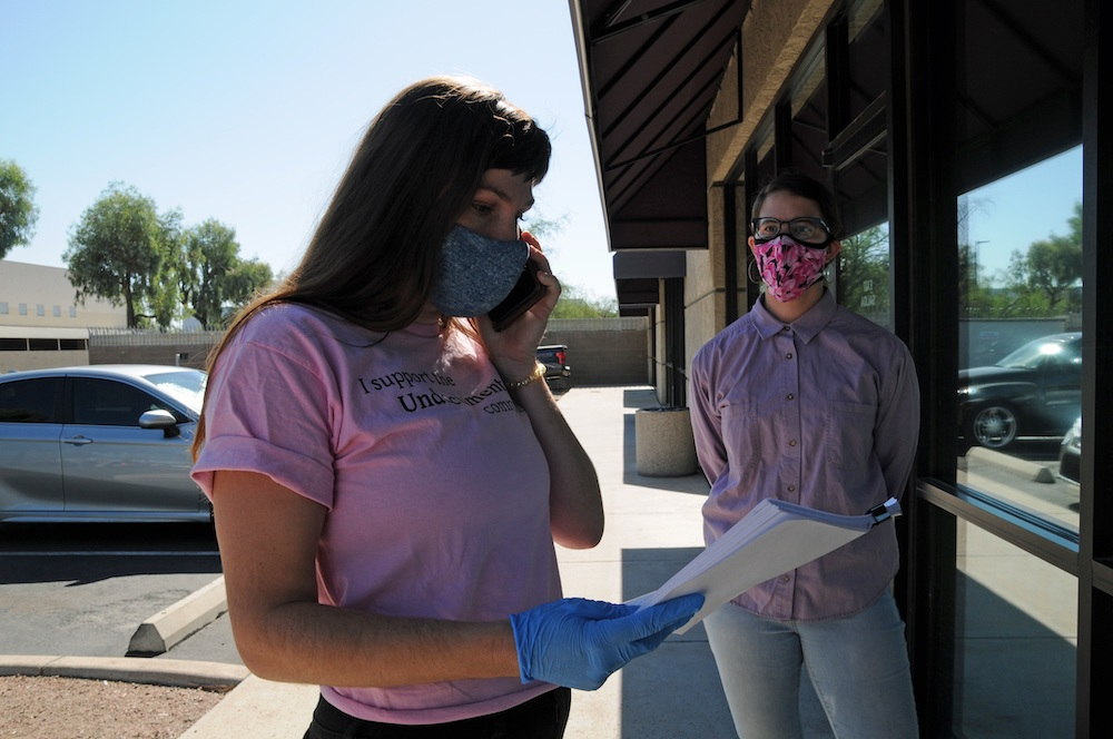 A representative of the Keep Brayann Free Coalition—an collective working to protect an immunocompromised man from detention—delivers a petition to an ICE facility in Tuscon, Arizona. EFE/María León